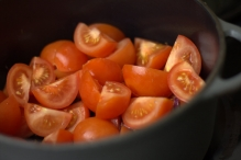 Voeg de tomaat toe