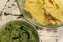 Serveer de guacamole met tortillachips