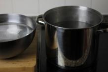 Zet je grootste pan op het vuur met water. Zet een kom met ijswater klaar