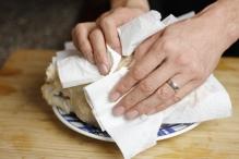 Droog de kip met keukenpapier