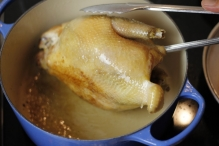 Braad de kip rondom bruin. Voorzichtig met het huidje. En met je handen.