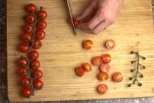 Halveer de tomaatjes