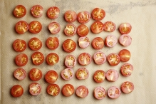 De gehalveerde tomaatjes