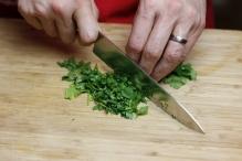 Snijd de peterselie fijn
