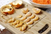 Pel de mandarijn. Snijd de partjes in 4 stukjes