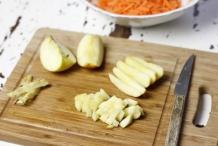 Snijd de appel in kleine stukjes