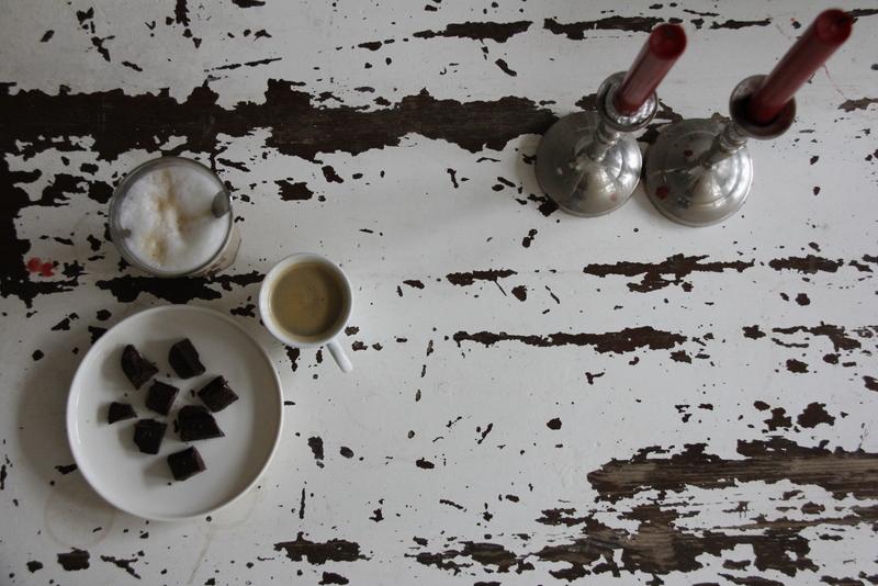 Serveer de zelf gemaakte chocolade bij de koffie of thee