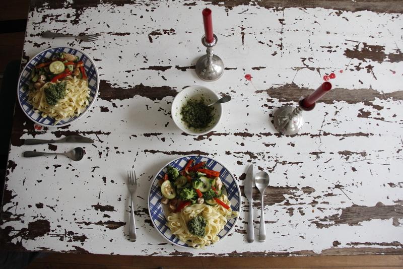 Serveer je pasta met pesto, kip en groenten