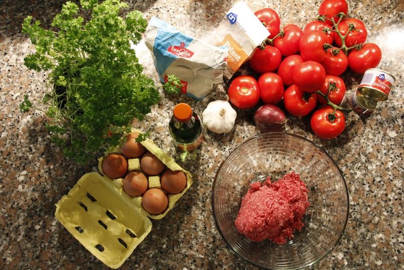 image 20120221-1-ingredienten-tomaten-gehakt-ei-peterselie-suiker-wijn-knoflook-bloem-ui-jpg