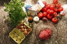 Ingrediënten: Tomaten, gehakt, ei, peterselie, suiker, witte wijn, knoflook, ui, bloem, tomatenpuree
