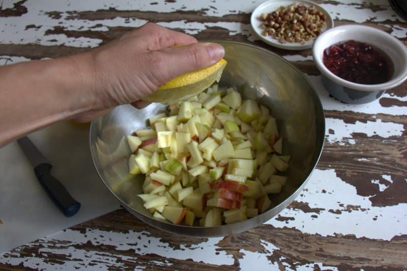 afbeelding 07_appeltaart-recept_knijp-de-halve-citroen-uit-boven-de-appelstukjes-jpg