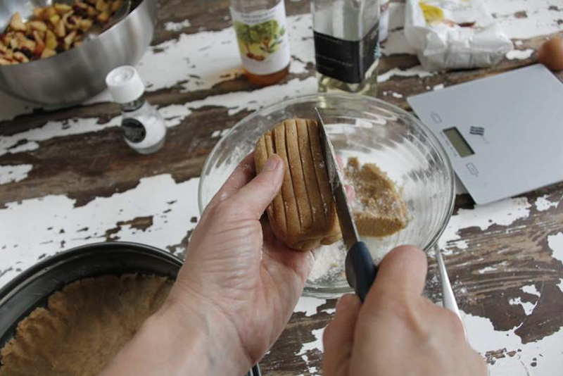 afbeelding 29_appeltaart-recept_maak-van-het-derde-deel-een-platte-bol-jpg