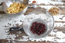 Giet de gewelde rozijnen en cranberry's door een zeef