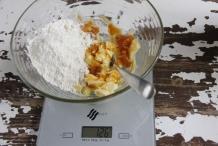 Meet 150 gram tarwebloem af ...