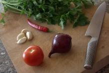 Leg tomaat, peterselie, ui, knoflook en peper klaar