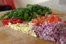 Snijd alle ingrediënten heel klein
