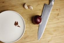 Leg de ui, knoflook en chilipepers klaar