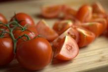 Snijd de tomaten in vieren