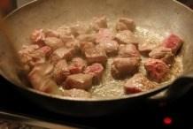 Braad het vlees rondom bruin