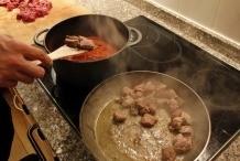 Doe het vlees direct bij de saus