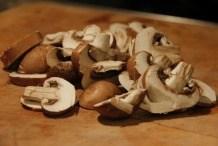 Snijd de champignons