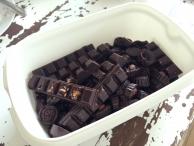 Een kilo zelfgemaakte rauwe chocolade