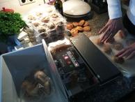 De scones - 100 stuks - worden gevacumeerd en ingevroren