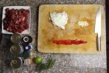 Snijd de ui, knoflook en rode peper fijn