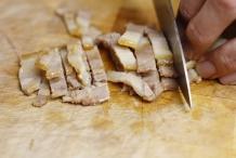 Snijd het spek in reepjes
