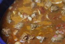 Breng het aan de kook - stoof het gerecht 2 uur op laag vuur.