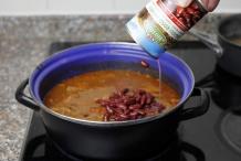 Giet de bonen in de pan. Laat nog 20-30 minuten pruttelen
