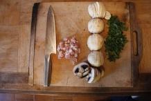 Snij het spek, champignons en peterselie