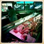Op de dagelijkse versmarkt in de nabijgelegen stad Ales wordt het lamsgehakt ter plekke voor ons gemaakt