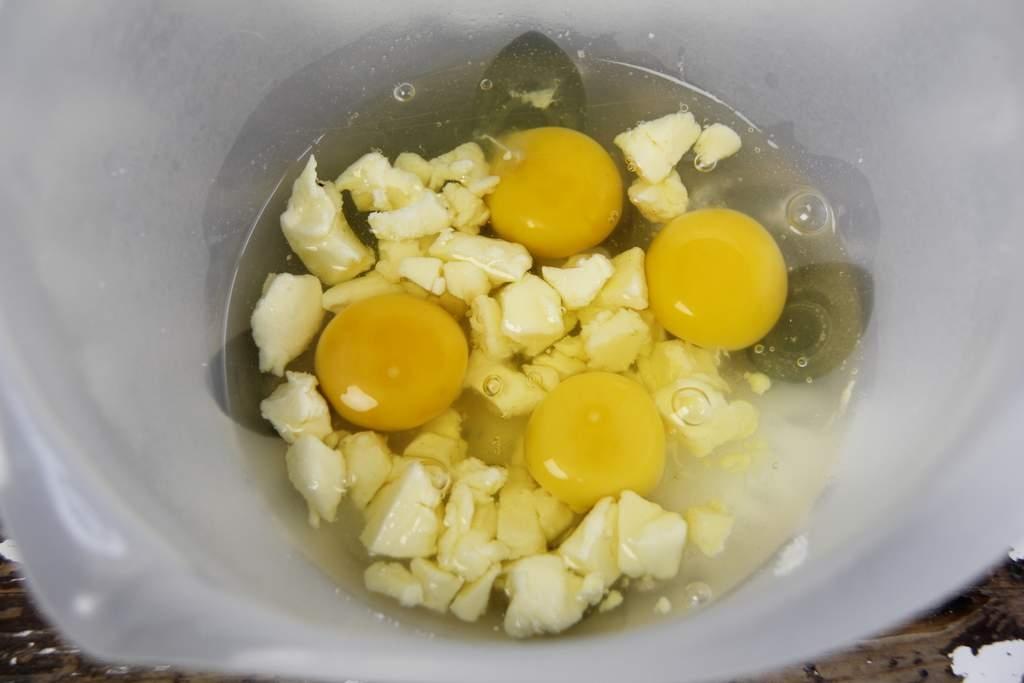 image 13_friese-boffert-trommelkoek_eieren-toevoegen-jpg