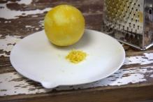 Rasp de schil van een citroen
