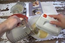 Voeg een scheutje melk bij het beslag