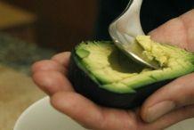 Schraap met een dunne lepel laagjes uit de avocado