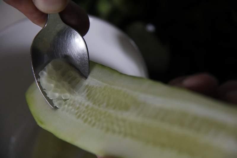 image 08_gazpacho_verwijder-met-een-lepeltje-het-vruchtvlees-van-de-komkommer-jpg