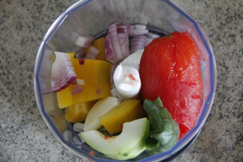image 13_gazpacho_doe-een-mix-van-de-ingredienten-in-de-keukenmachine-jpg