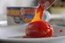 Trek de velletjes van de tomaat