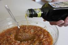 Een flinke scheut olijfolie aub en een beetje azijn