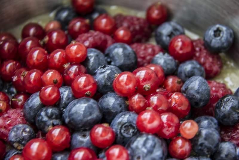 image 03_gemarineerd-rood-fruit_voeg-rode-bessen-toe-jpg