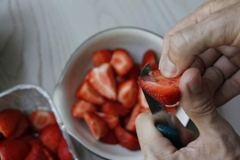 image 04_gemarineerd-rood-fruit_snijd-de-aardbeien-in-kwarten-jpg