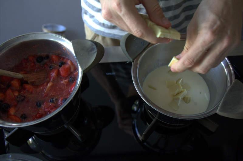 image 13_gemarineerd-rood-fruit_smelt-de-witte-chocolade-in-de-warme-room-goed-roeren-jpg