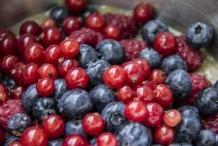 afbeelding 03_gemarineerd-rood-fruit_voeg-rode-bessen-toe-jpg