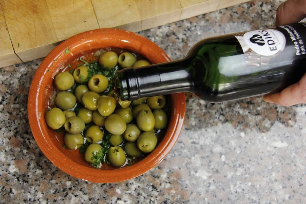 afbeelding 23-gemarineerde-olijven-doe-een-scheut-sherryazijn-erbij-jpg