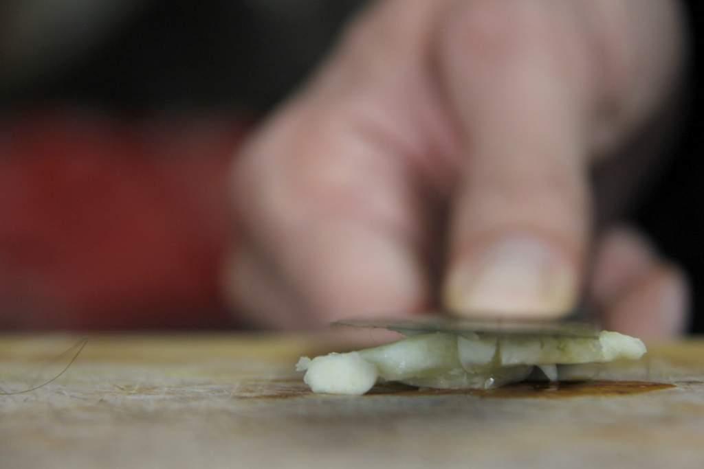 afbeelding 9-gemarineerde-olijven-de-knoflook-persen-jpg