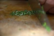 image 18-gemarineerde-olijven-snij-de-rozemarijn-jpg