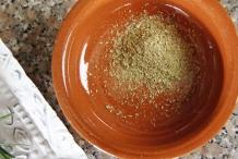 image 6-gemarineerde-olijven-doe-de-kruiden-in-een-schaaltje-jpg