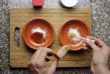 Schep 1 theelepel cayennepeper in het andere bakje